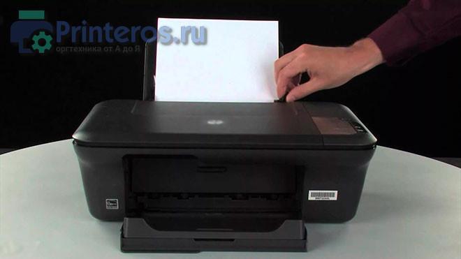Процесс загрузки бумаги в принтер